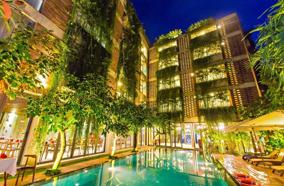 Khách Sạn Trở Nên Lộng Lẫy Hơn Với Ánh Sáng Và Cách Bố Trí Cây Xanh